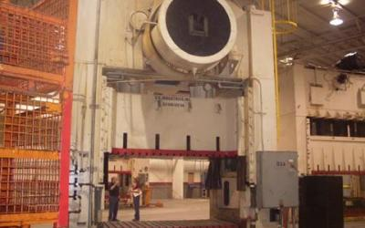 Prensa , marca Danly com freio fricção com 900 ton