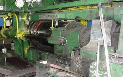Extrusora de Alumínio, marca Lowe de 1700 ton para tarugo de 7 polegadas